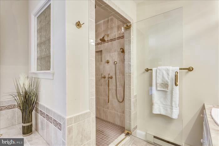 Large walk-in shower - 5916 HALLOWING DR, LORTON