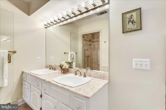 Double sinks - 5916 HALLOWING DR, LORTON