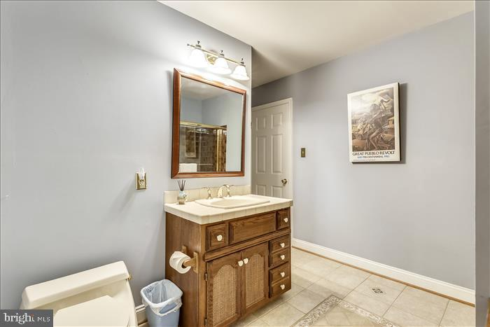 Hall bath joins 2nd bedroom - 5916 HALLOWING DR, LORTON