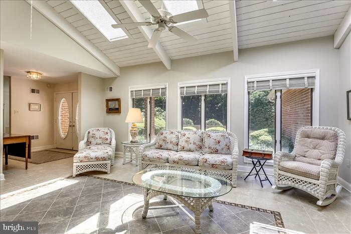 Lovely sunroom/ family room - 5916 HALLOWING DR, LORTON