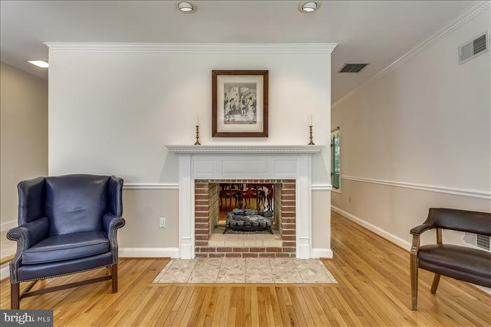 Double sided fireplace - 5916 HALLOWING DR, LORTON