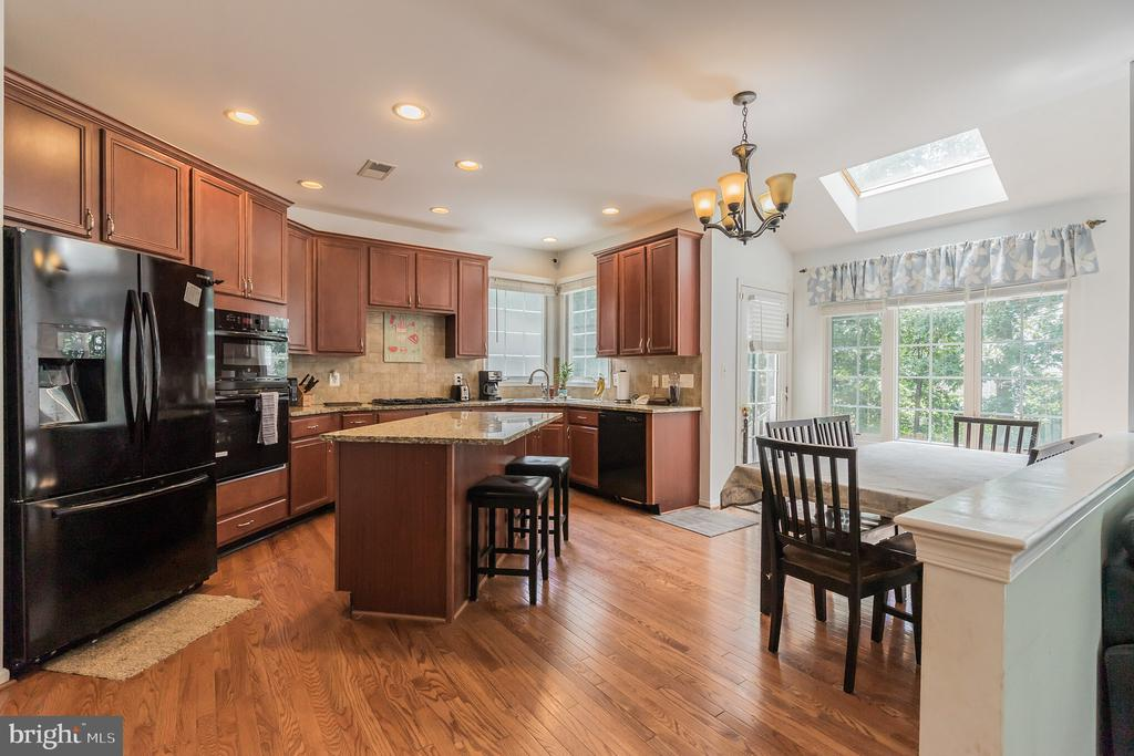 Large Kitchen with Island - 25969 DONOVAN DR, CHANTILLY
