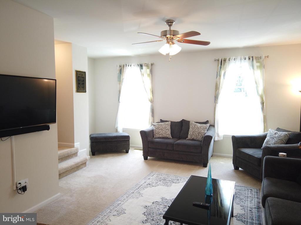 Bright and  spacious living room! - 215 LANDING DR, FREDERICKSBURG