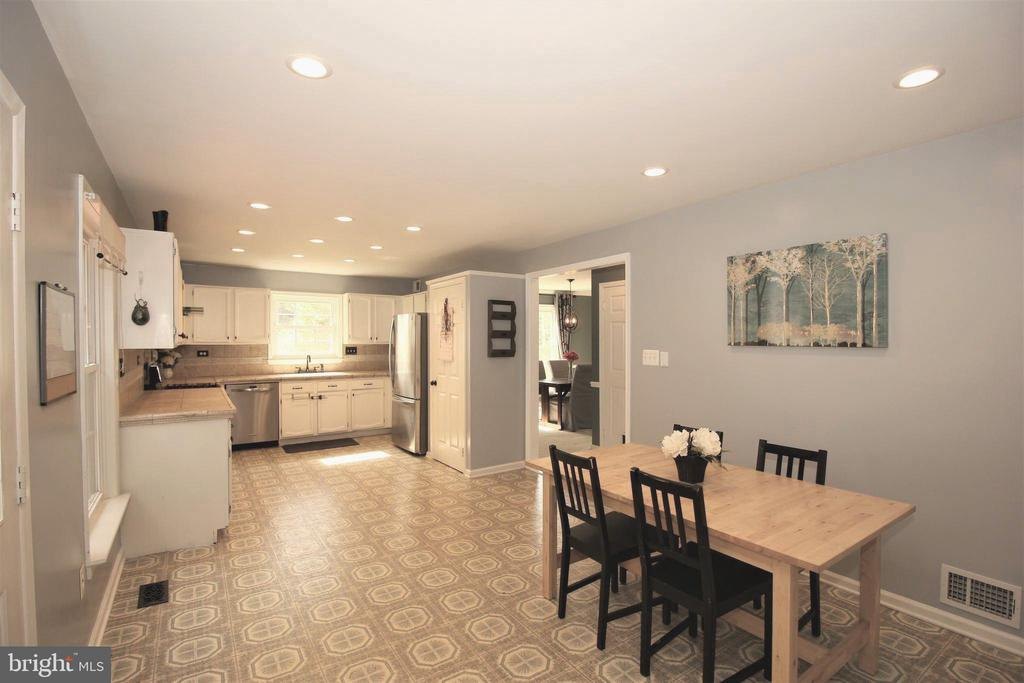 Bright Open Kitchen & Breakfast Room - 1140 BANDY RUN RD, HERNDON