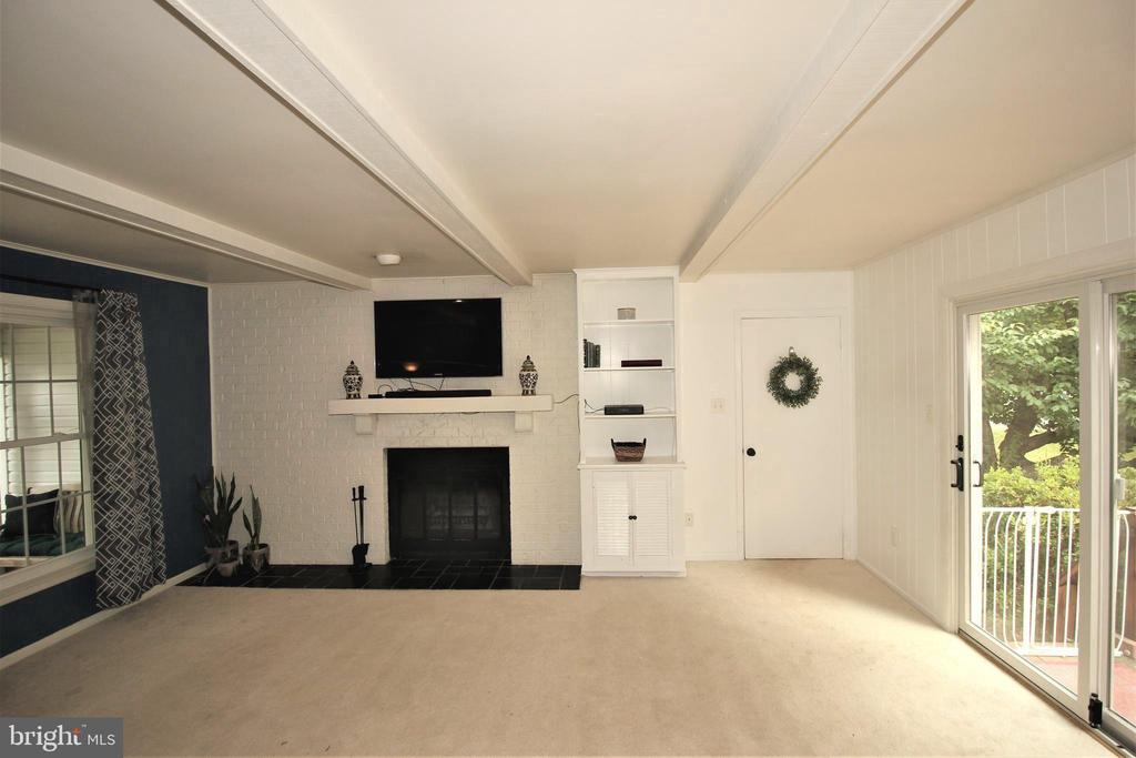 Cozy Family Room w/ Fireplace - 1140 BANDY RUN RD, HERNDON