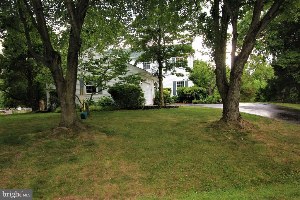 Lush Landscape & Mature Trees - 1140 BANDY RUN RD, HERNDON