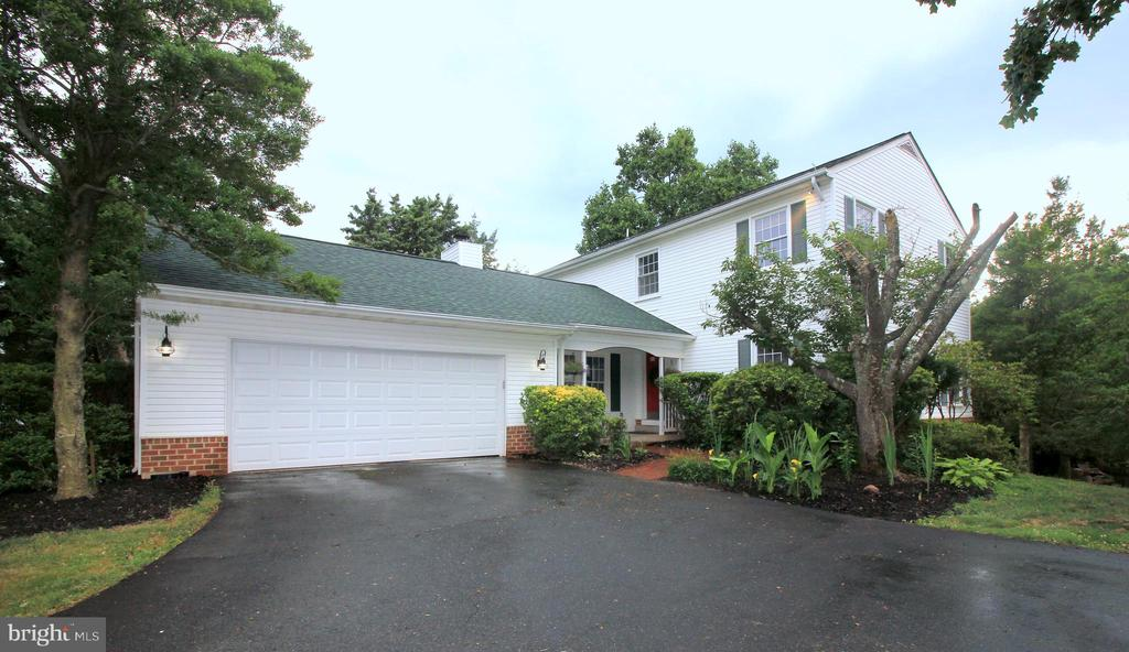 Oversized 2-Car Garage & Driveway - 1140 BANDY RUN RD, HERNDON