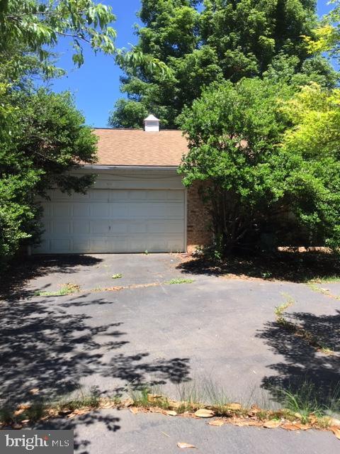 Two car garage and circular drive - 12626 OXON RD, HERNDON