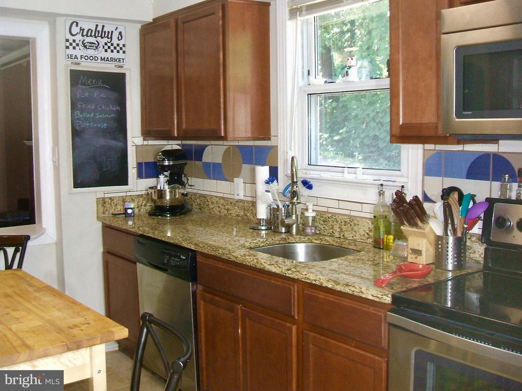 Nice sized kitchen w/ lots of light! - 20 EDISON LN, FREDERICKSBURG