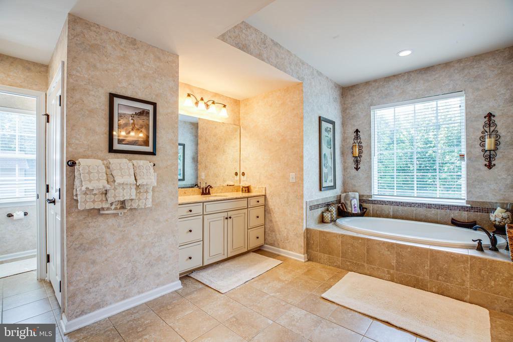 Incredible master bath - soaking tub & shower - 20 GENEVIEVE CT, FREDERICKSBURG