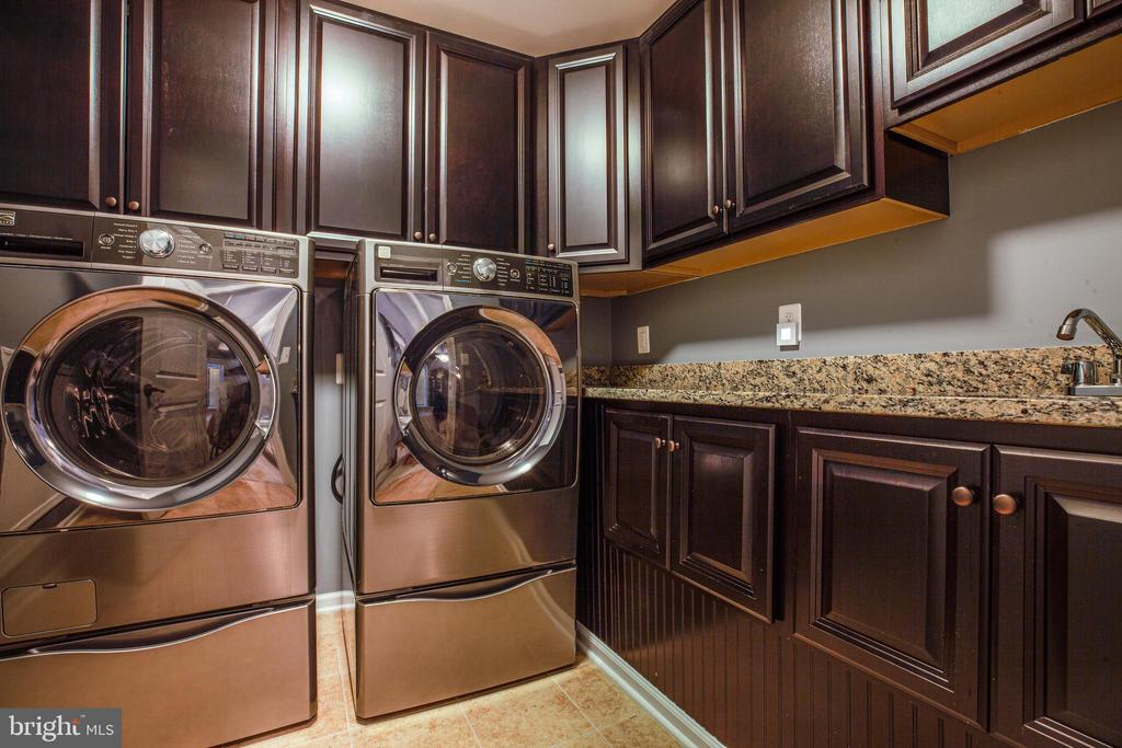 Amble sized 2nd floor laundry with separate sink - 20 GENEVIEVE CT, FREDERICKSBURG