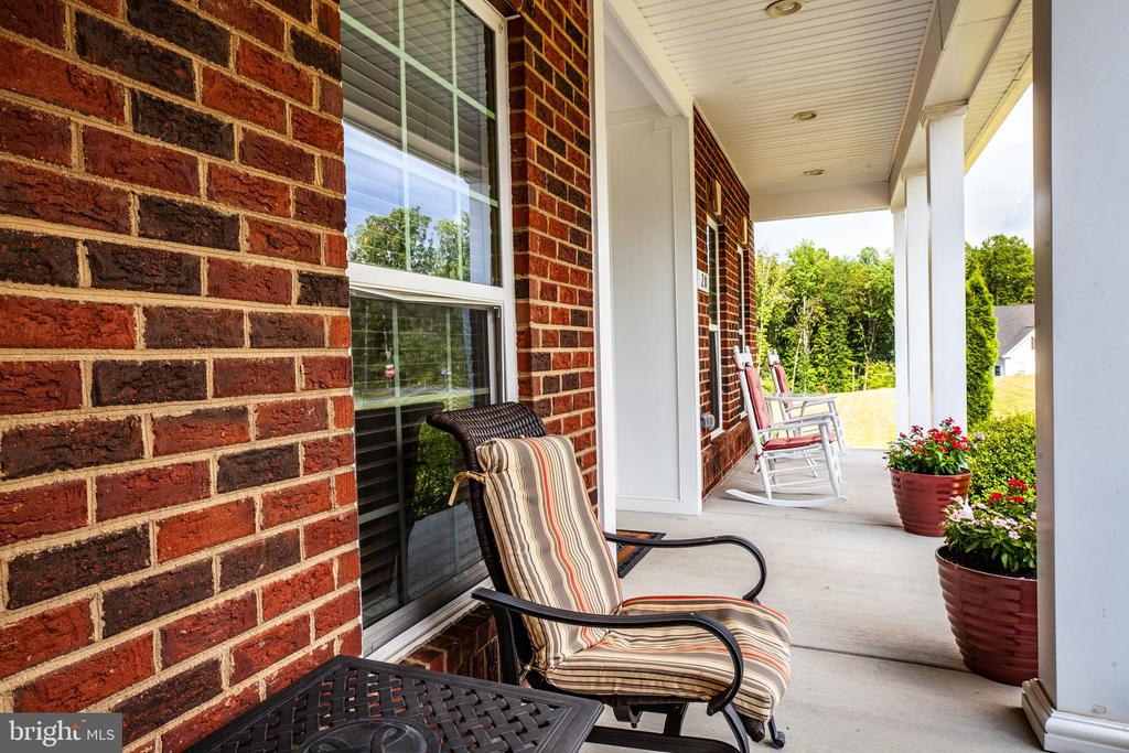 Enjoy your front porch with lots of space - 20 GENEVIEVE CT, FREDERICKSBURG