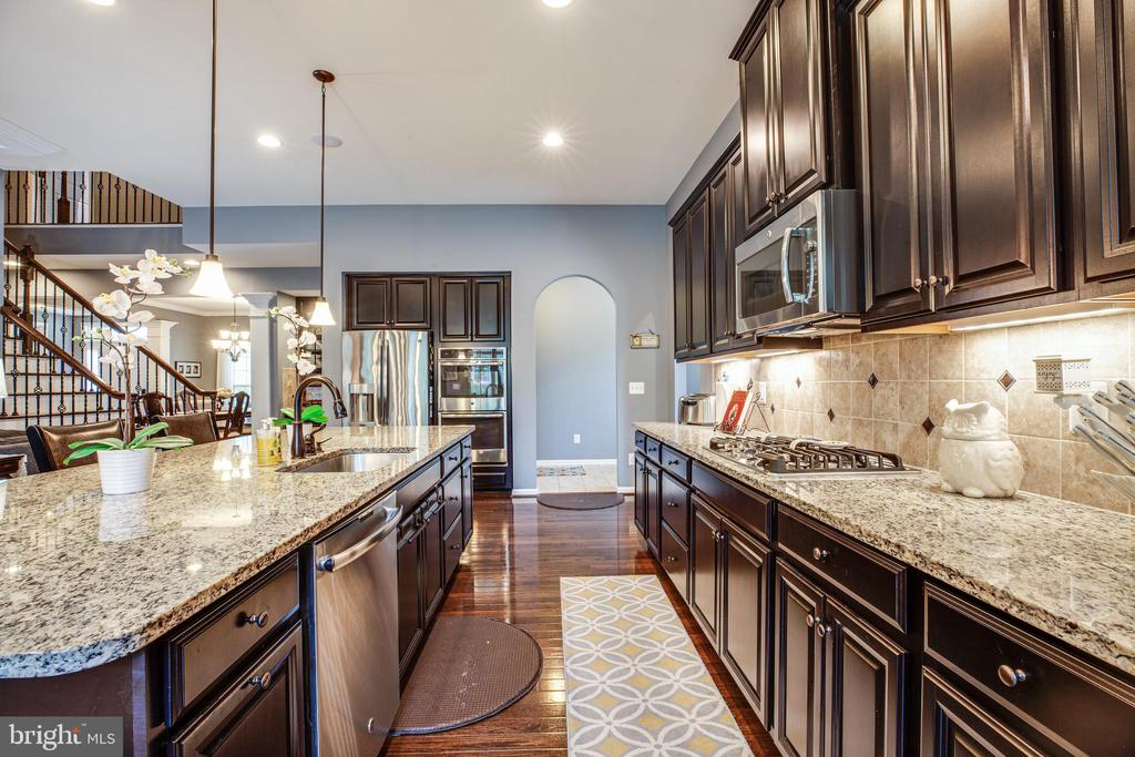 Gorgeous cabinets, counters, and lots of space - 20 GENEVIEVE CT, FREDERICKSBURG