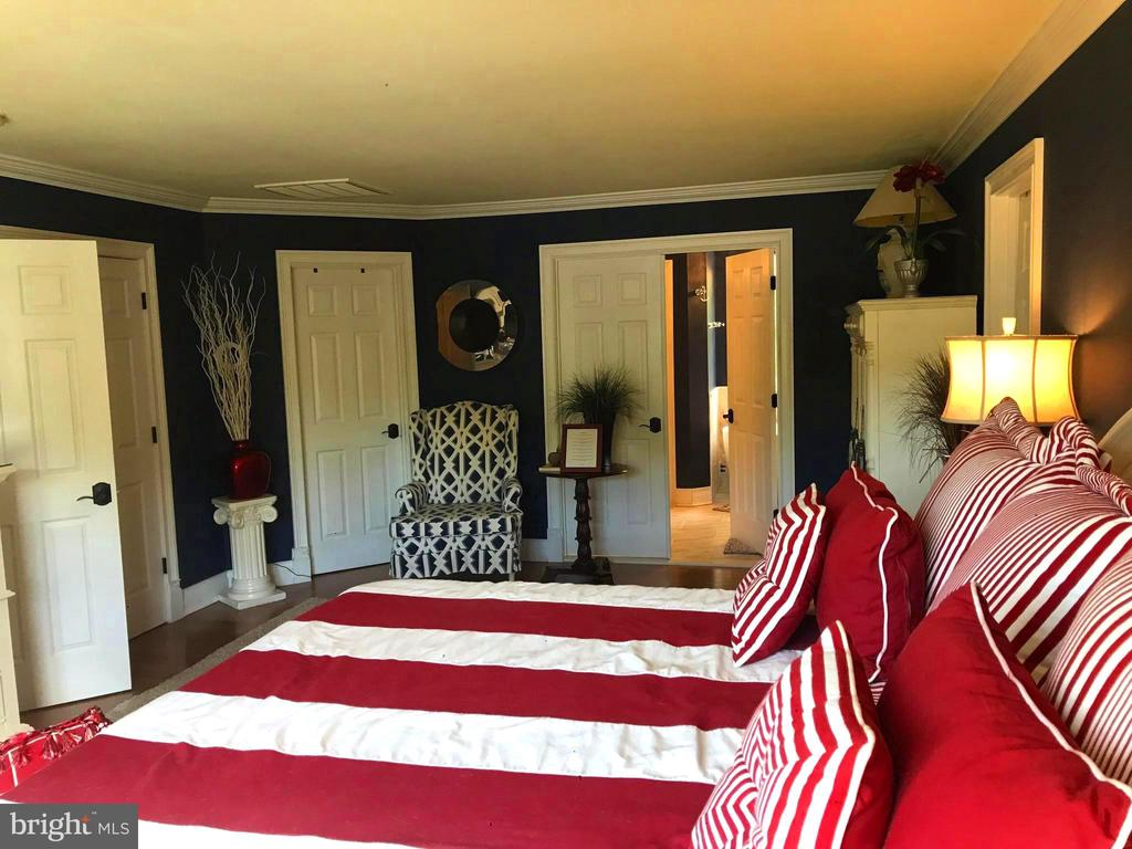 The master suite is ginormous! 2 Walk-in closets! - 504 CREEK CROSSING LN, GLEN BURNIE