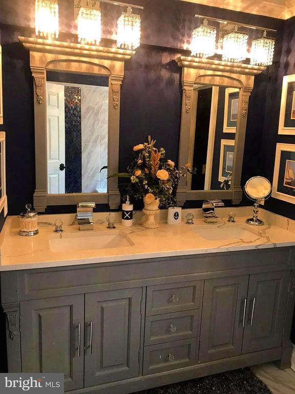 His/Her sinks vanities in en-suite - 504 CREEK CROSSING LN, GLEN BURNIE