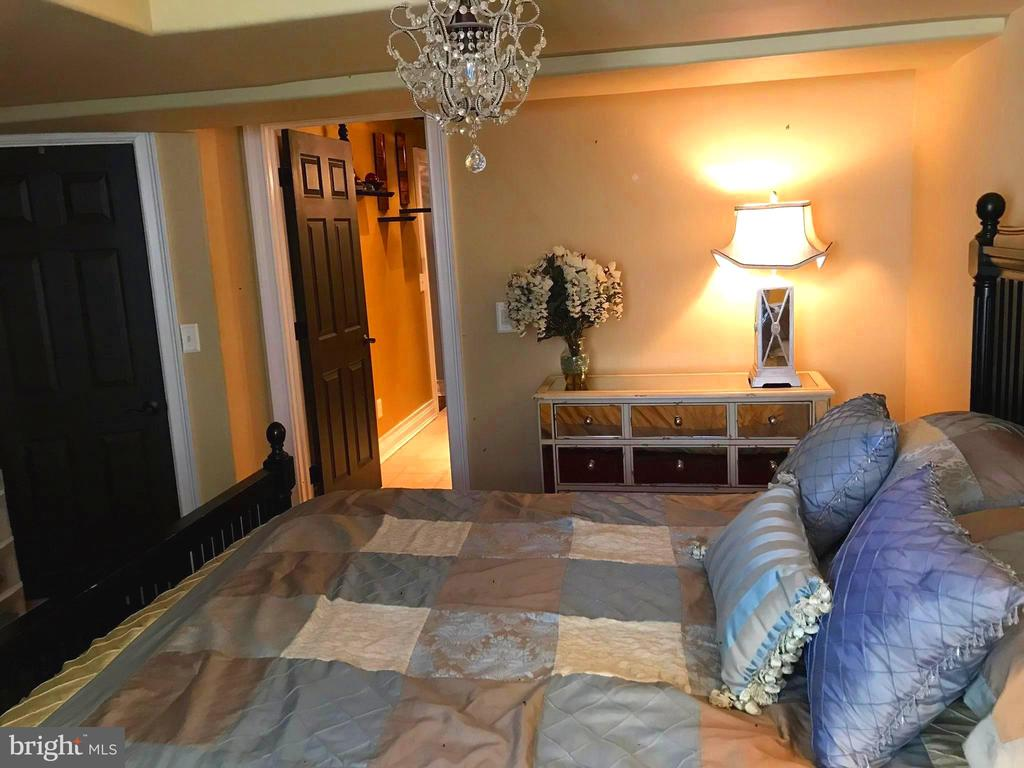 2nd Master suite~guests? Has a walk-out level too! - 504 CREEK CROSSING LN, GLEN BURNIE