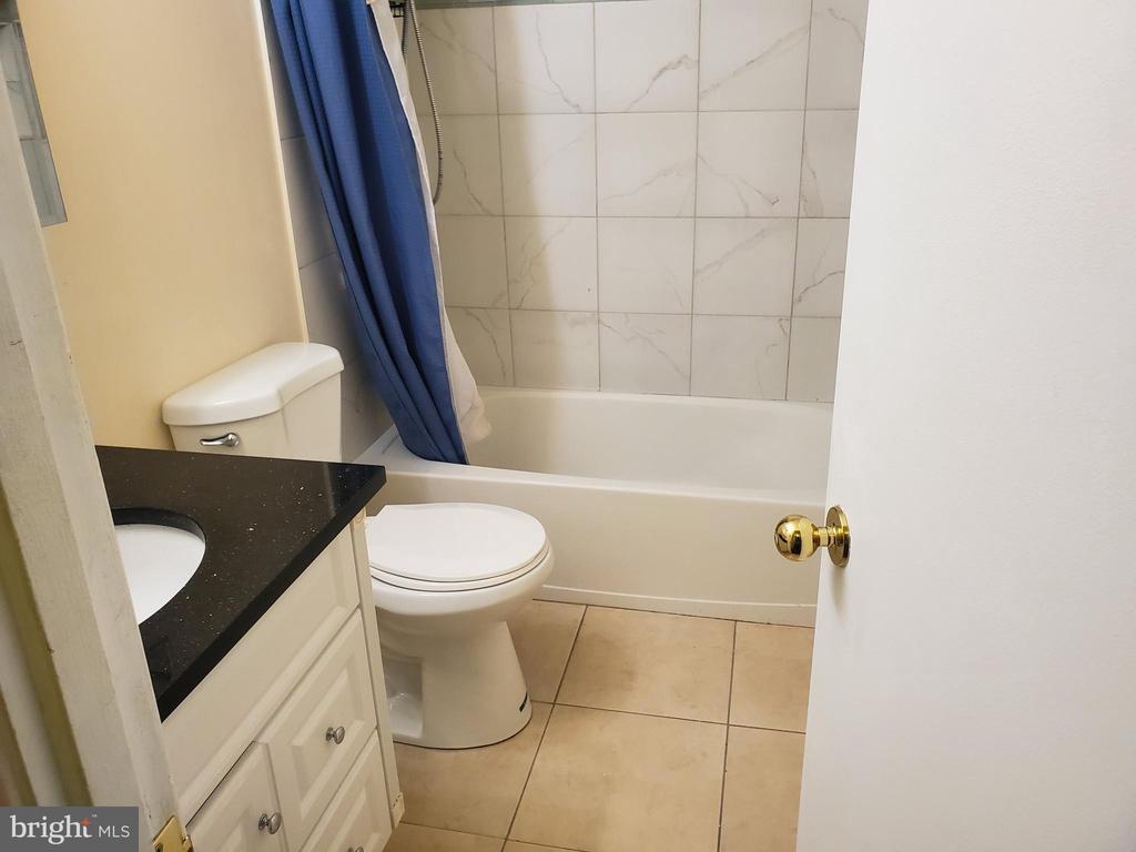 Hallway bathroom - 6018 WHEATON DR, BURKE