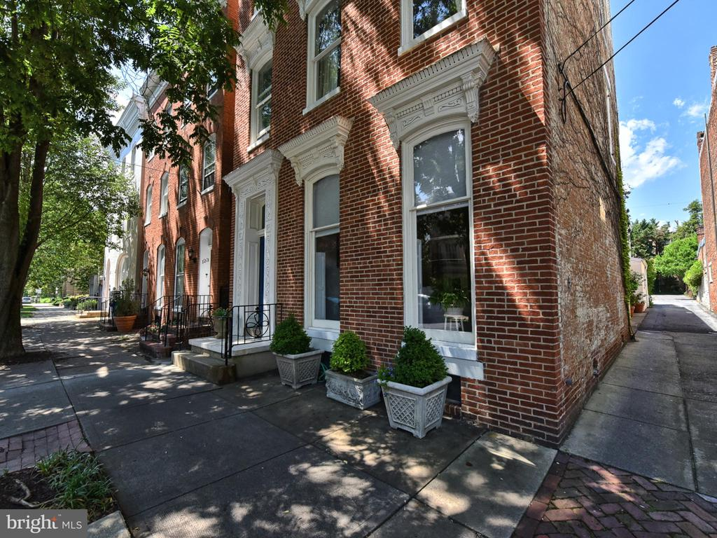 Over 4100 square feet of luxurious living! - 121 W 2ND ST, FREDERICK