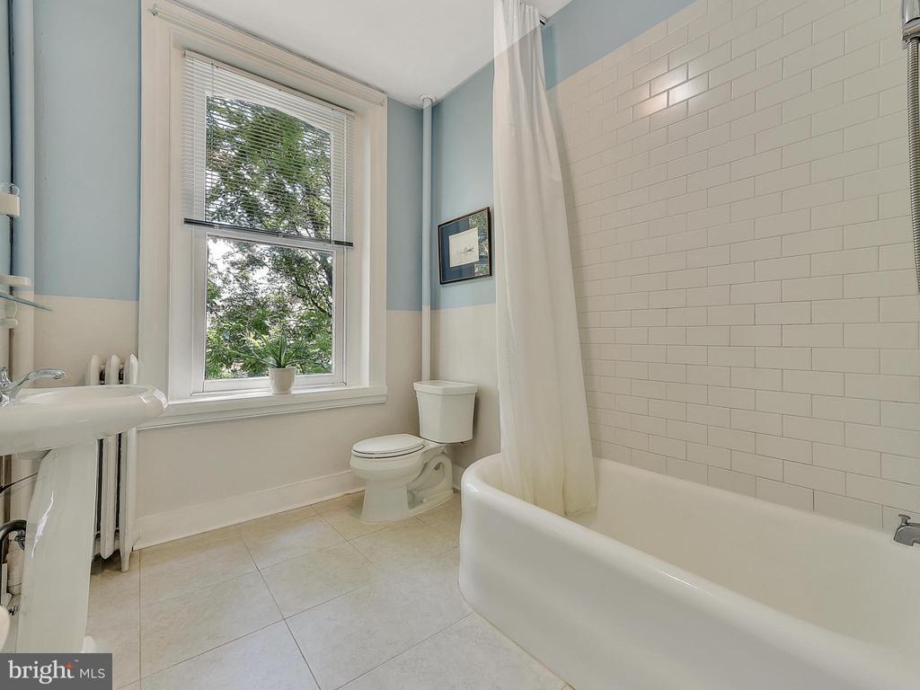 3rd Floor full bath! - 121 W 2ND ST, FREDERICK