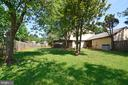 Fully fenced-in, flat backyard - 102 FARMINGTON CT, STERLING