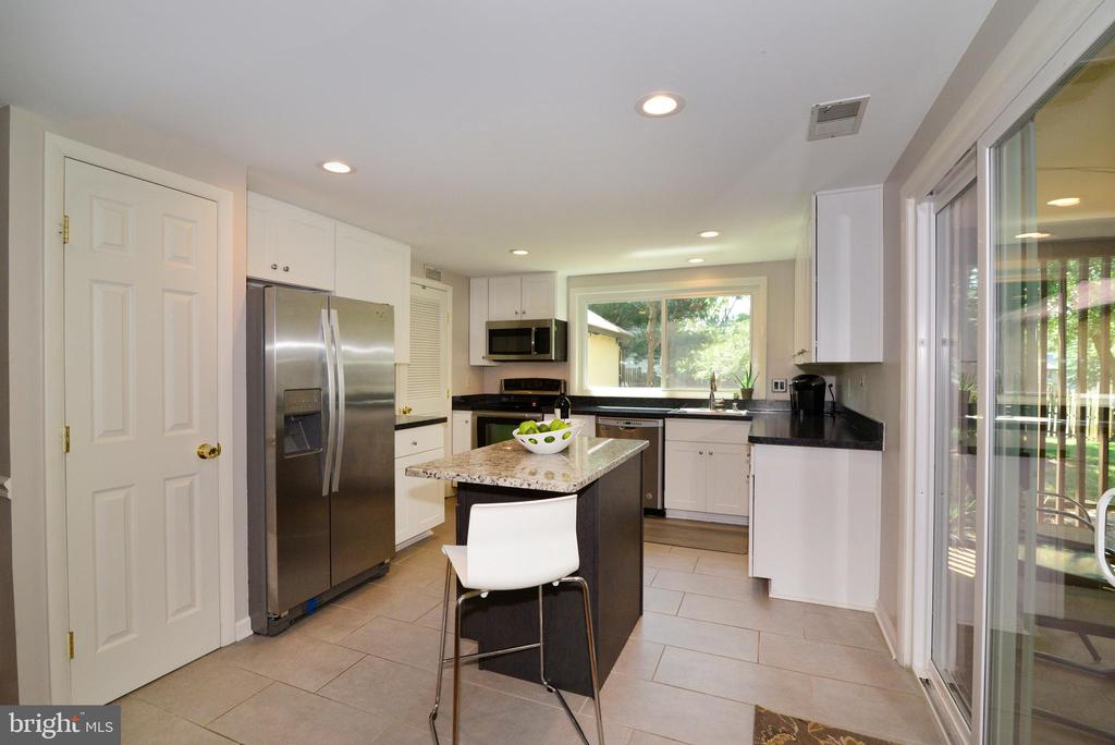 White cabinetry, ceramic tile - 102 FARMINGTON CT, STERLING