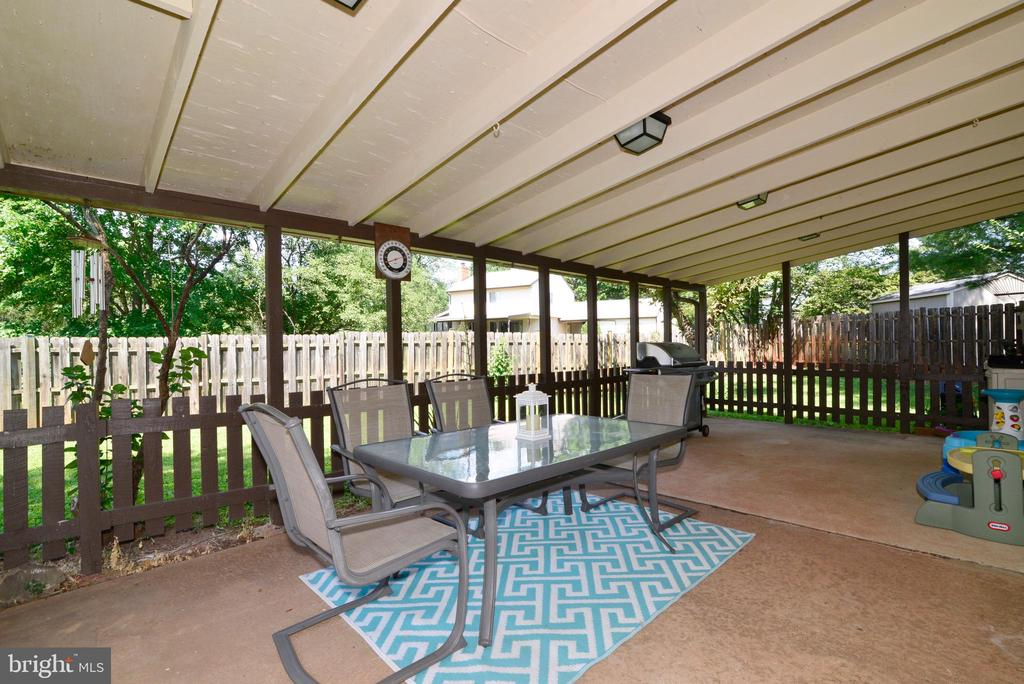 Spacious covered porch, perfect for entertaining - 102 FARMINGTON CT, STERLING