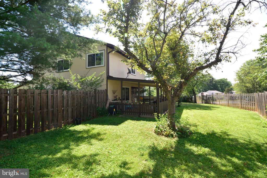 Private, fenced-in backyard - 102 FARMINGTON CT, STERLING