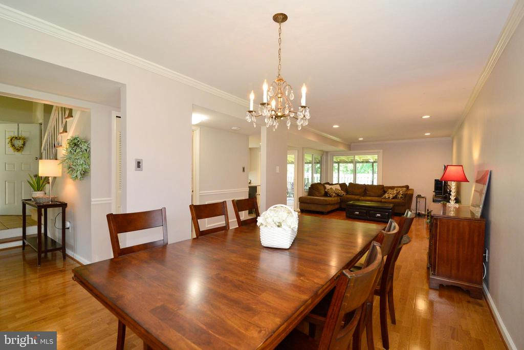 Dining room opens to family room - 102 FARMINGTON CT, STERLING
