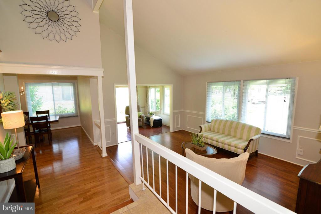 Bright and sunny  living room - 102 FARMINGTON CT, STERLING