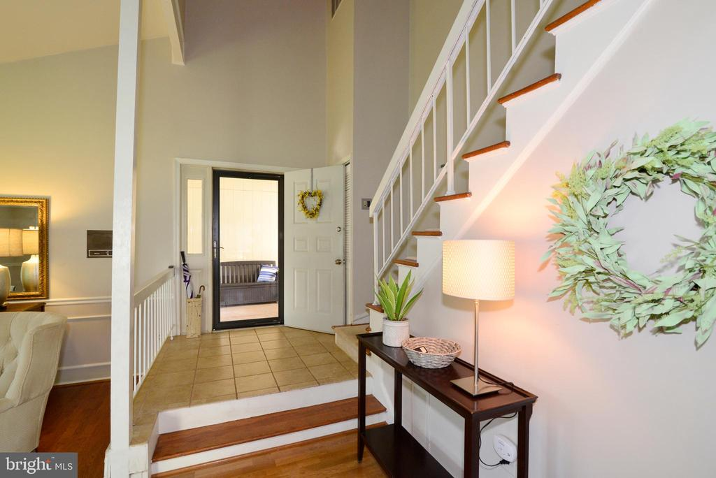 Enter into spacious 2-story foyer - 102 FARMINGTON CT, STERLING