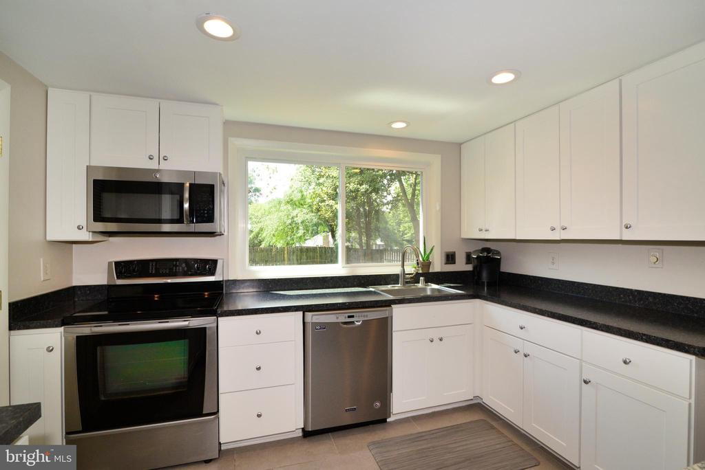 Stainless steel appliances, granite countertops - 102 FARMINGTON CT, STERLING