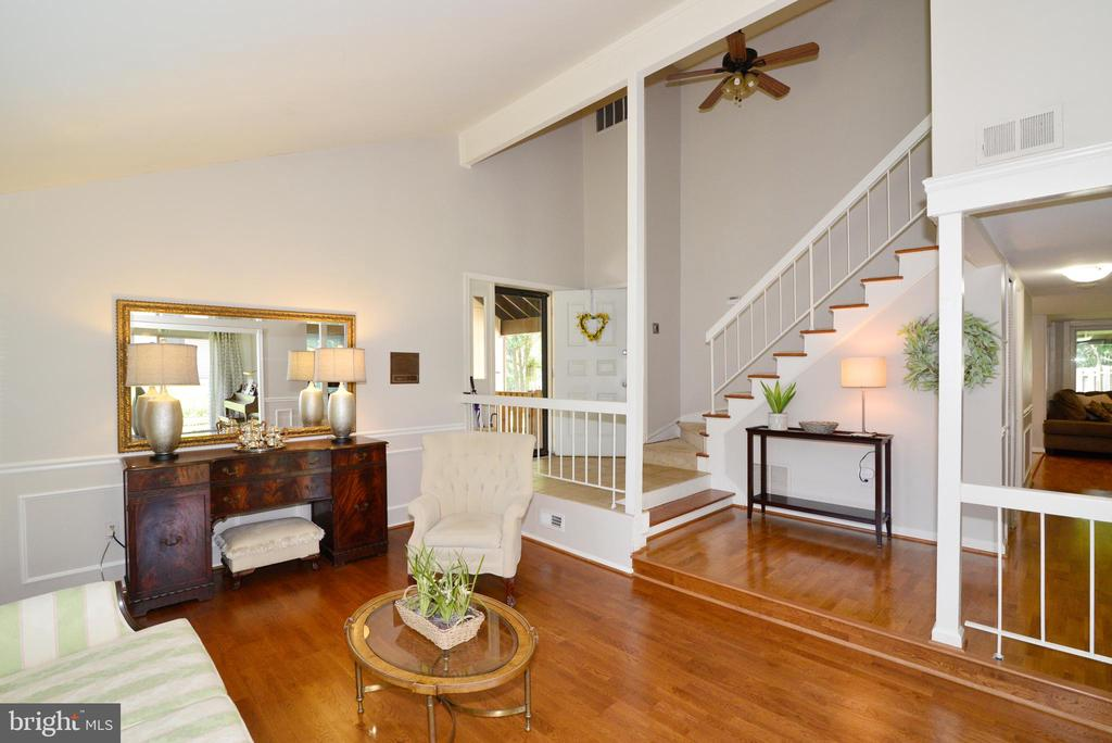 High ceilings, open floorplan! - 102 FARMINGTON CT, STERLING