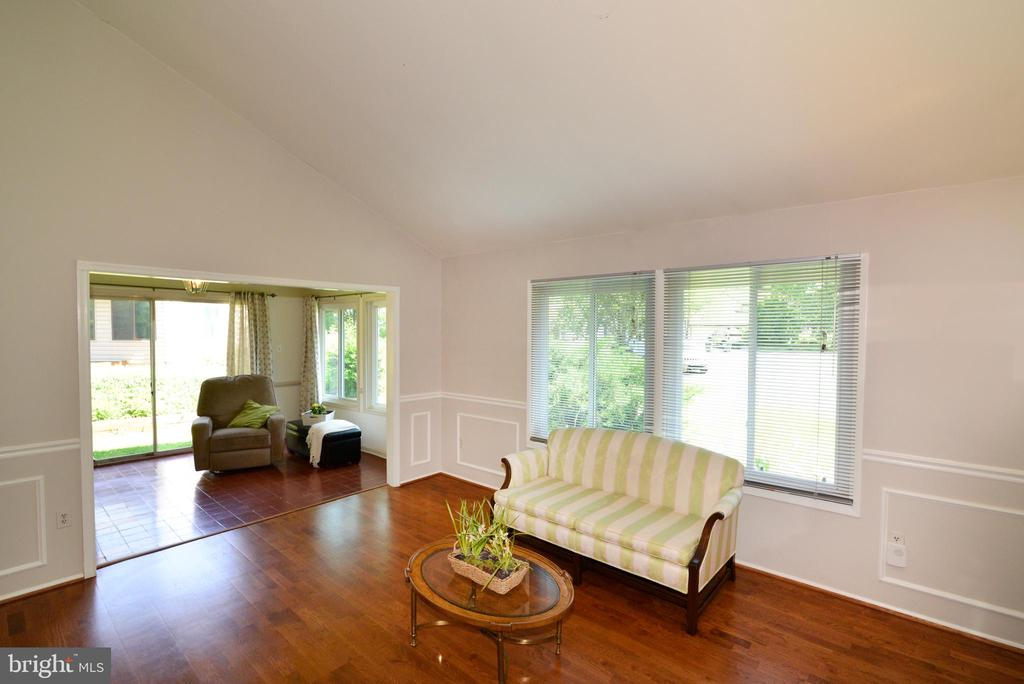 Living room leads to sunroom - 102 FARMINGTON CT, STERLING