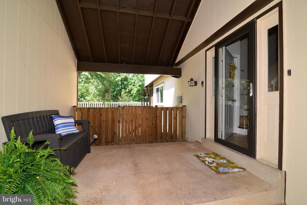 Lovely breezeway leads to front door - 102 FARMINGTON CT, STERLING