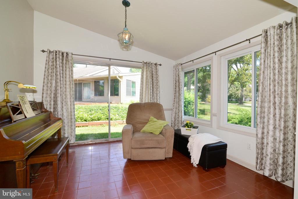 Light and bright sunroom! - 102 FARMINGTON CT, STERLING