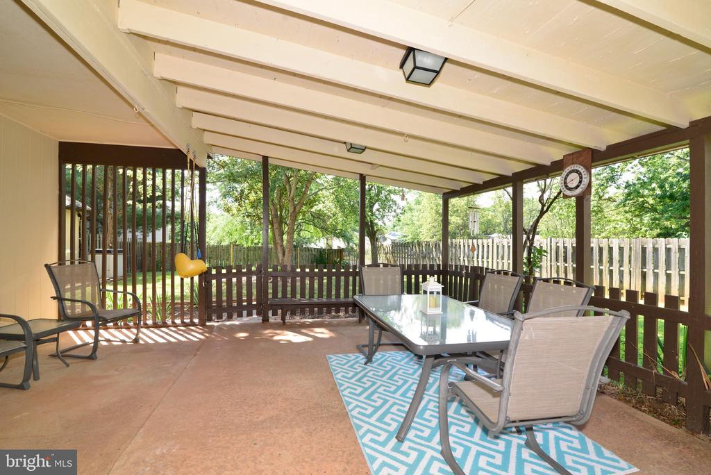 A lovely way to enjoy the warm weather! - 102 FARMINGTON CT, STERLING