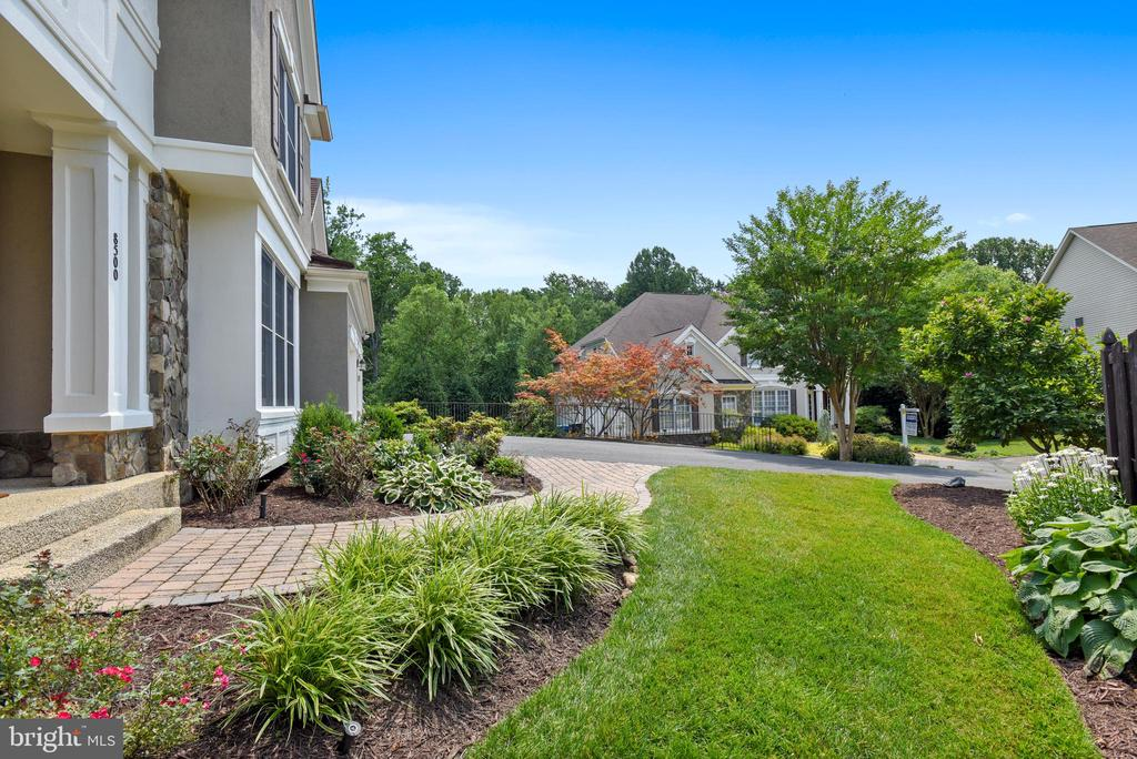Beautifully maintained gardens - 8500 IDYLWOOD VALLEY PL, VIENNA