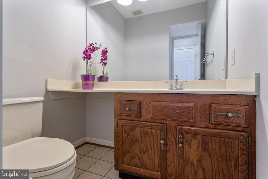 Powder room on main floor - 6806 HATHAWAY ST, SPRINGFIELD