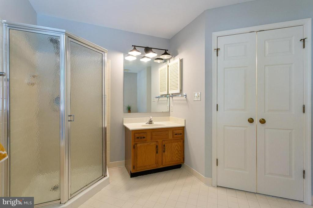 separate shower and vanities - 6806 HATHAWAY ST, SPRINGFIELD
