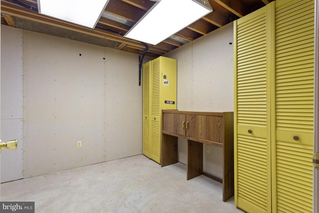The storage/potential walk in closet in 5th room - 6806 HATHAWAY ST, SPRINGFIELD
