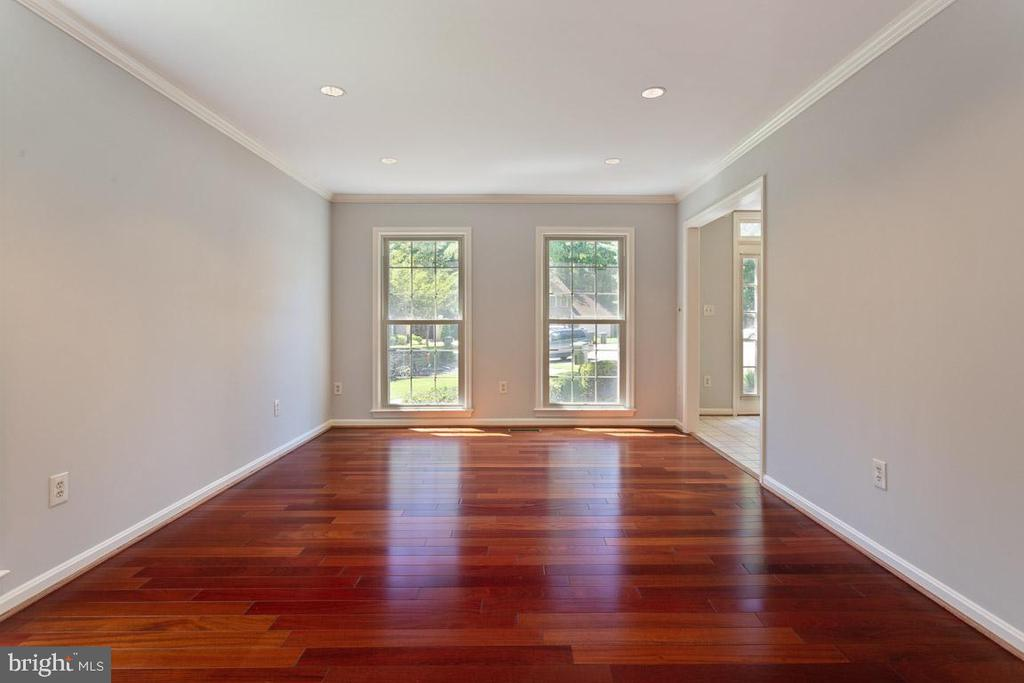 Gleaming hardwood floors in the formal living room - 6806 HATHAWAY ST, SPRINGFIELD