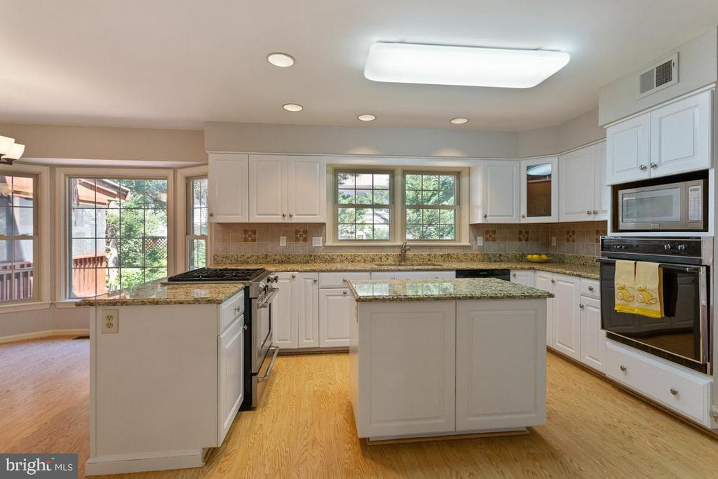 Open and bright kitchen w/ separate breakfast area - 6806 HATHAWAY ST, SPRINGFIELD