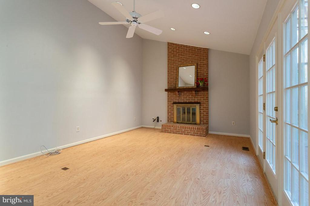 Gas fireplace with floor to ceiling brick feature - 6806 HATHAWAY ST, SPRINGFIELD