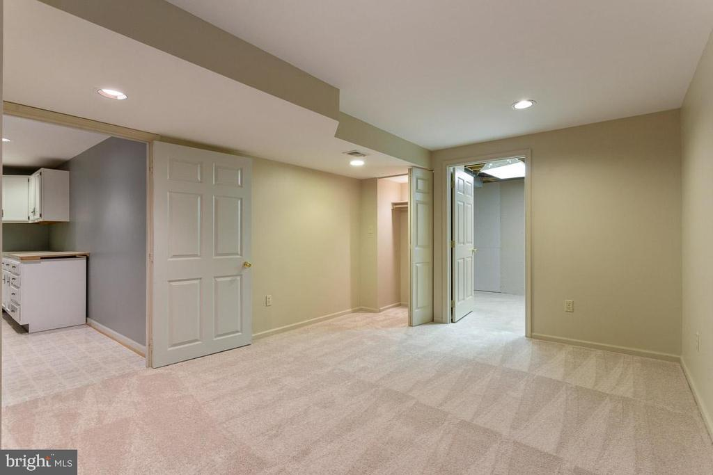 The hall way in lower level - 6806 HATHAWAY ST, SPRINGFIELD