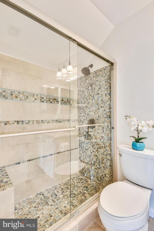 Full bath attached to bedroom 2 - 8500 IDYLWOOD VALLEY PL, VIENNA