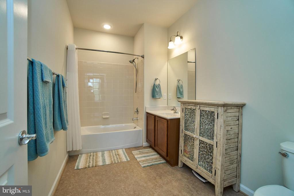 Spacious second bathroom with tub shower - 20630 HOPE SPRING TER #103, ASHBURN
