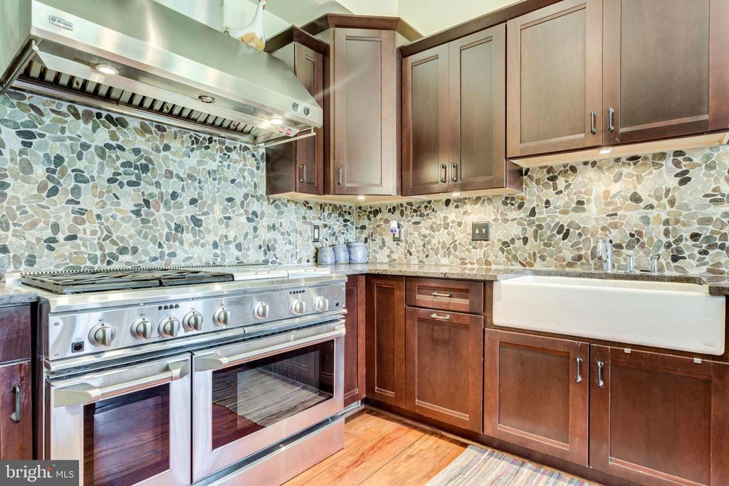 Stainless steel appliances and stone backsplash - 15718 OLD WATERFORD RD, PAEONIAN SPRINGS