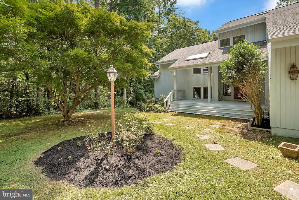 Beautifully landscaped - 10902 LAKEN WOODS DR, BUMPASS