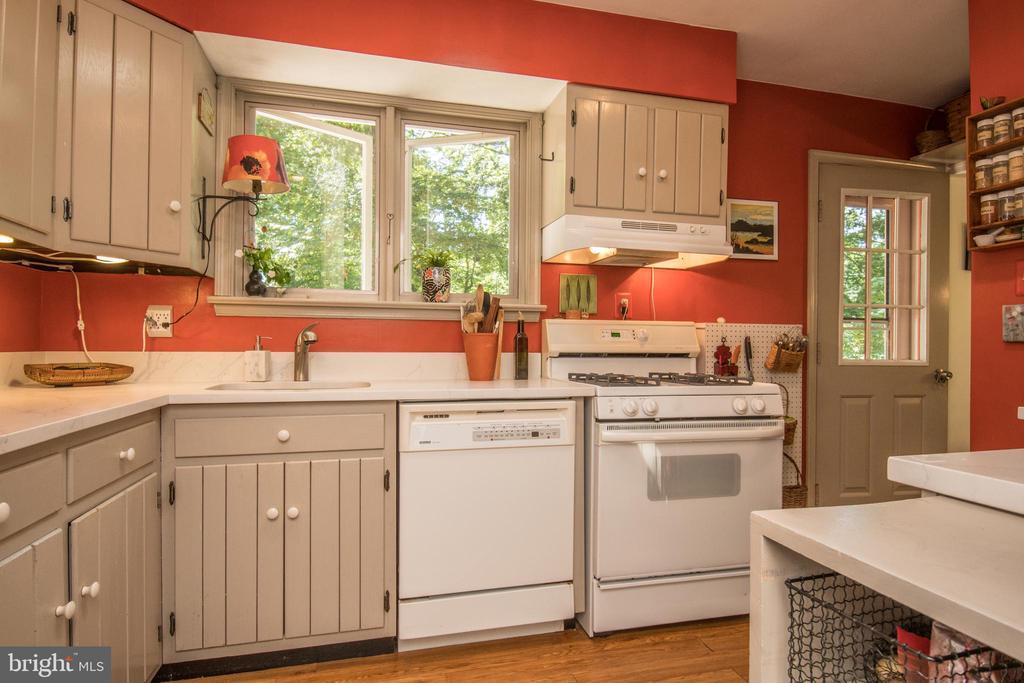 Kitchen - 20438 WHITE OAK DR, STERLING