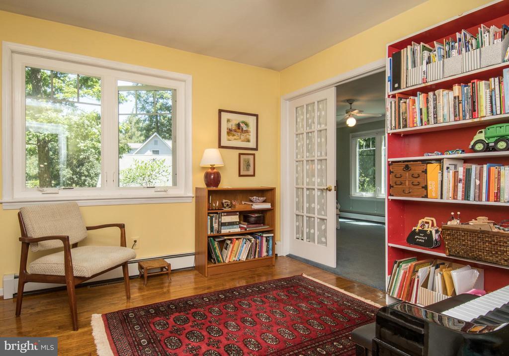 Master Bedroom Entrance Sitting Room - 20438 WHITE OAK DR, STERLING